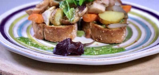 Gemarineerde kippendij op geroosterde toast