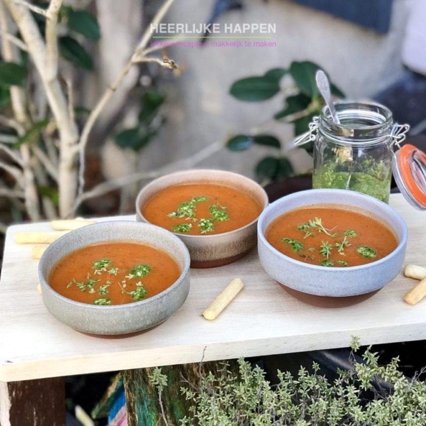 Geroosterde paprika courgette soep met pesto