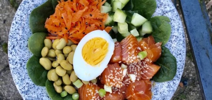 Gemarineerde zalm in een poké bowl