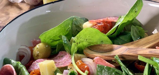 Mediterraanse spinazie salade met citroenvinaigrette