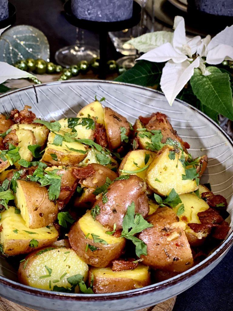 Wat is een kersttafel zonder lekkere bijgerechten? Deze lauwwarme Dijon mosterd aardappelsalade is top!