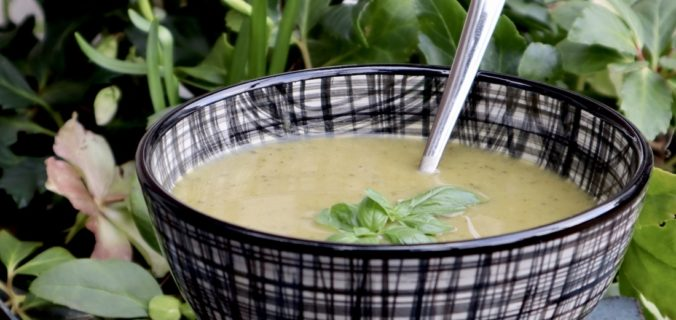 Groentesoep met broccoli courgette basilicum